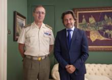 El presidente del Parlamento y el teniente general del Mando de Canarias durante un momento de la visita