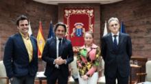 El presidente del Parlamento canario con los participantes al foro sobre el Estatuto, Víctor Cuesta López, Almudena Sánchez Aragón y Antonio Domínguez Vila